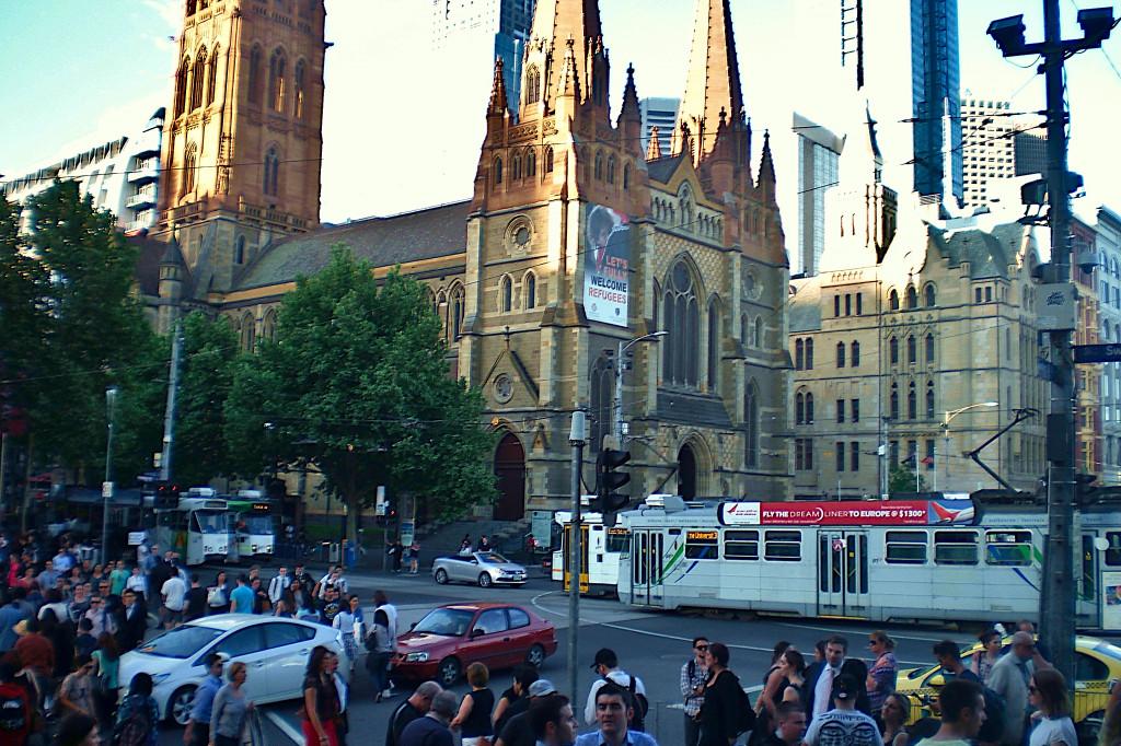 Flinders Street Menschen Autos Verkehr Melbourne