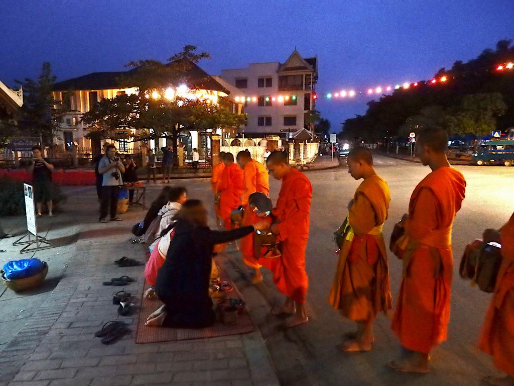 Mönchsbetteln in Luang Prabang