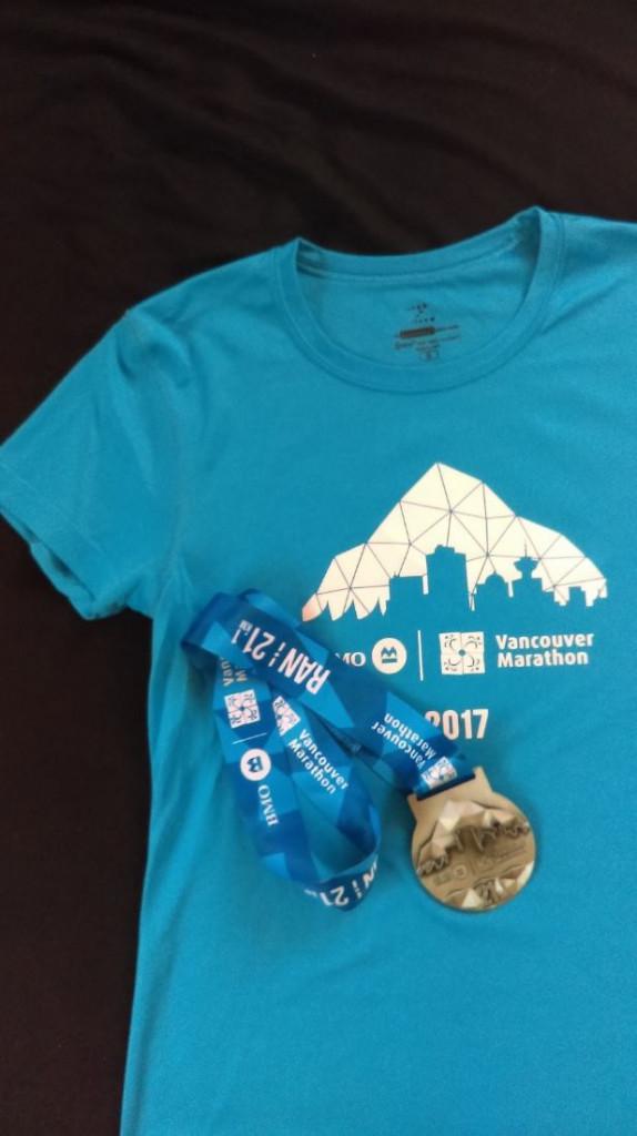 Medaille und Laufshirt BMO Vancouver Halbmarathon 2017