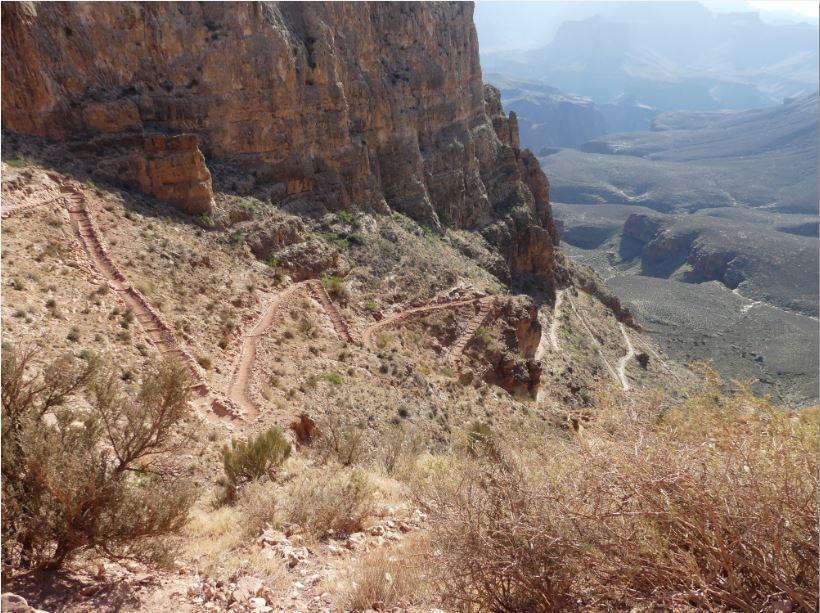 Serpentinen Abstieg in den Grand Canyon